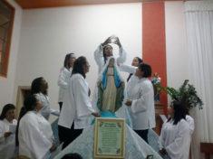 Coroação pelas mães paroquianas.
